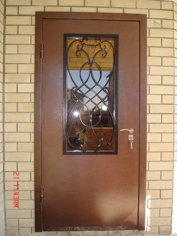 входные двери с окном и решеткой